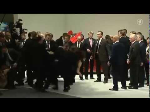 Нападение Femen на В. Путина и А. Меркель в Германии (видео)