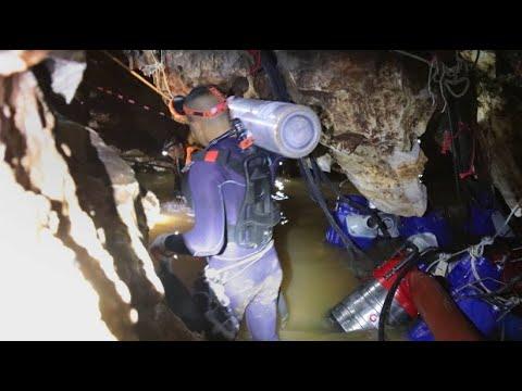 Höhlentaucher beginnen Rettung der thailändischen Fußba ...
