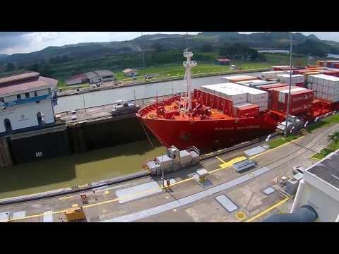 Navio cruzando o Canal do Panamá