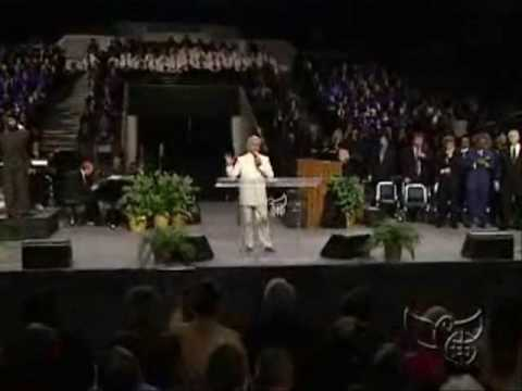 Benny Hinn Begins To Worship in Cleveland