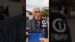 مواطن يلقي شعرا بعد الإدلاء بصوته الانتخابي