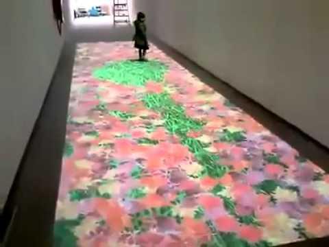 video que muestra una proyeccion en el suelo que va cambiando cuando pasan personas sobre ella