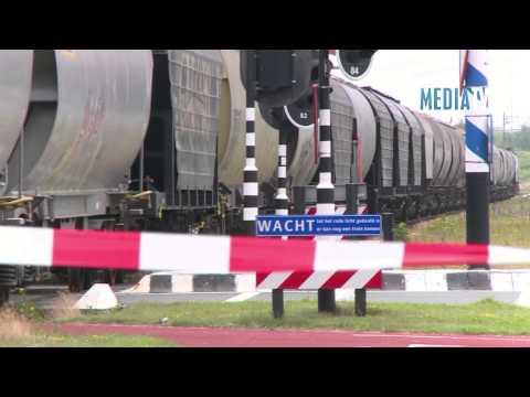 Trein schept vrachtwagen op overgang Elbeweg Rotterdam