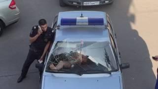 Буйная девушка выдавила лобовое стекло в автомобиле