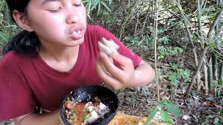 Video Pretty girl Frog eating in river  - Pretty girl eating eating delicious MP3, 3GP, MP4, WEBM, AVI, FLV Oktober 2018