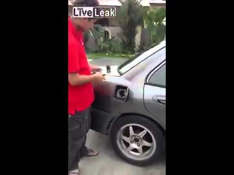 Dân chơi đốt bình xăng ô tô để châm thuốc