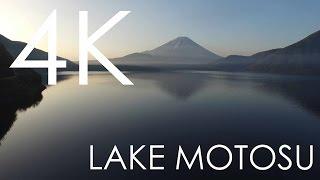本栖湖にかかる霧と富士山
