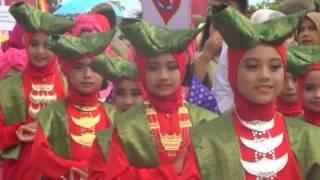 TOPIKINI.COM - Museum Rekor Indonesia (MURI), mencatatkan rekor untuk kota Padang, sabtu siang (15/04/2017). Rekor tersebut untuk 1042 orang yang serentak berkumpul memakai baju kurung basiba, baju asli wanita Minangkabau.Acara ini diawali dengan tabuh gendang oleh walikota dan wakil walikota Padang ini sekaligus sebagai pembukaan festival Sitinurbaya yang digelar selama tiga hari di kawasan Pantai Purus kota Padang. Usai menabuh gendang, walikota dan wakilnya, kemudian ikut bergoyang bersama para penari.Selengkapnya :http://topikini.com/padang-catat-rekor-muri-baju-kurung-basiba/