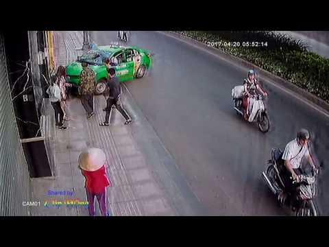 Tài xế taxi đâm thẳng vào tên cướp