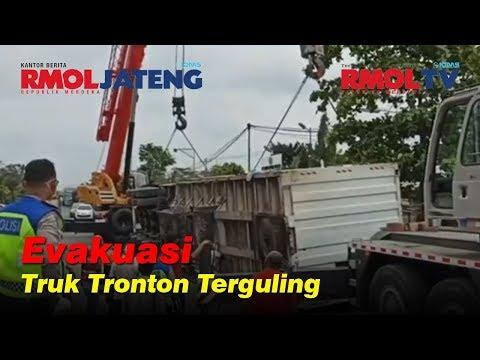 Evakuasi Truk Tronton Terguling di Pantura Demak