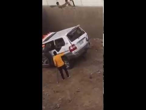 #فيديو ::  رجل أمن ومواطن يُخرجان قائد سيارة من وسط النيران