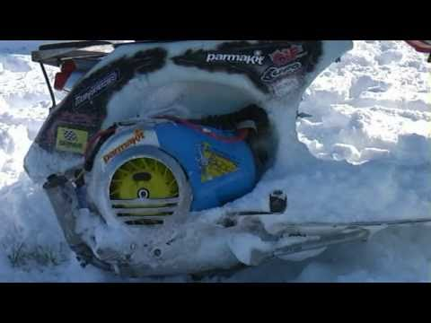 riding a vespa in the snow - guidando una vespa sulla neve