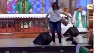 Kobieta atakuje księdza podczas mszy, ksiądz ląduje w szpitalu…