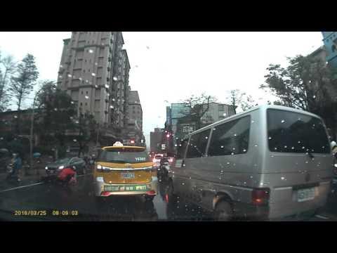 台灣的機車騎士很狂!但計程車更狂!