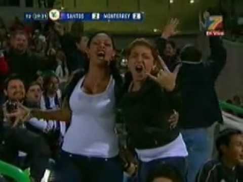 Chica enseña los senos en la final Santos vs Monterrey Ida 2010