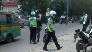 Video Heboh, Anggota TNI Bubarkan Polantas Yang Razia Tanpa Plang dan Surat Tugas MP3, 3GP, MP4, WEBM, AVI, FLV Oktober 2017