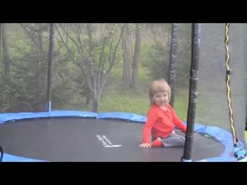 Dziecko na trampolinie