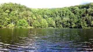 Olas relajantes en el lago de un cráter volcánico