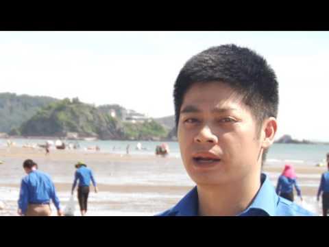 Tuổi trẻ Văn phòng Trung ương Đảng và Tỉnh ủy làm sạch bãi biển Cửa Lò
