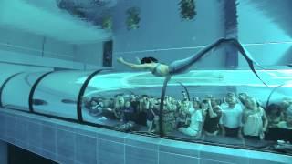 Ludzie zatrzymywali się zszokowani! Syrena pływająca w największym akwarium świata!