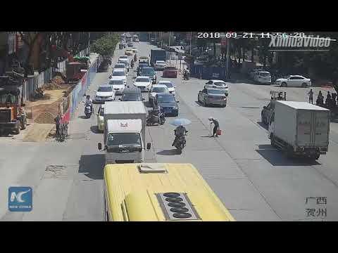 לא שעה לצפירות הנהגים: אופנוען חסם כביש לאפשר לקשישה לחצות