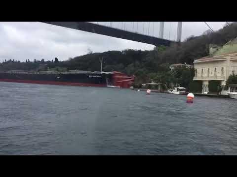 Turquie : un cargo de 225 mètres s'encastre dans une villa à Istanbul