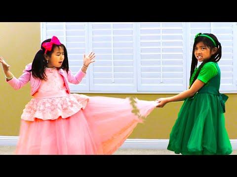 Jannie & Emma Arreglan Un Bonito Vestido con Máquina de Coser de Juguete | Kids Pretend Play