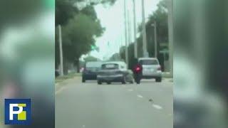El momento en el que el conductor de un auto embiste a un motociclista