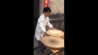 Cocinar una hornada de galletas puede parecer una tarea de lo más simple, pero este panadero chino sabe como captar la atención de la gente gracias a la habilidad que ha adquirido con los años. Distribución perfecta con un golpe de muñeca.Mas vídeos entretenidos en ► http://www.yonkis.com