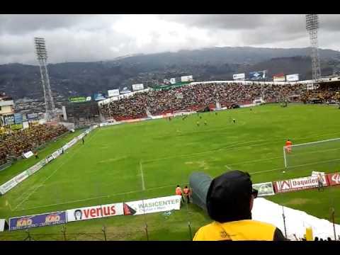 El festejo de la hinchada del barcelona  en el penal  ante mushuc runa en ambato - Sur Oscura - Barcelona Sporting Club - Ecuador - América del Sur