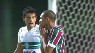 Quem não faz, leva. O Fluminense começou bem no Couto Pereira, abriu o placar com Gum logo no início e ficou com um a mais...