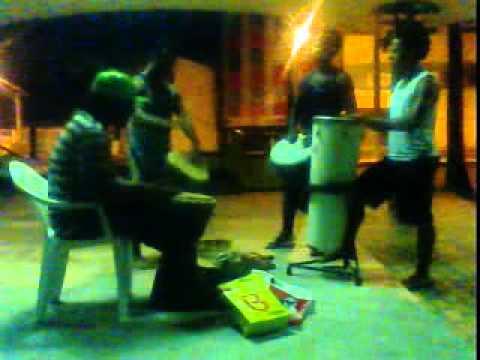 roda de percussão em amaralina com o argentino ruan