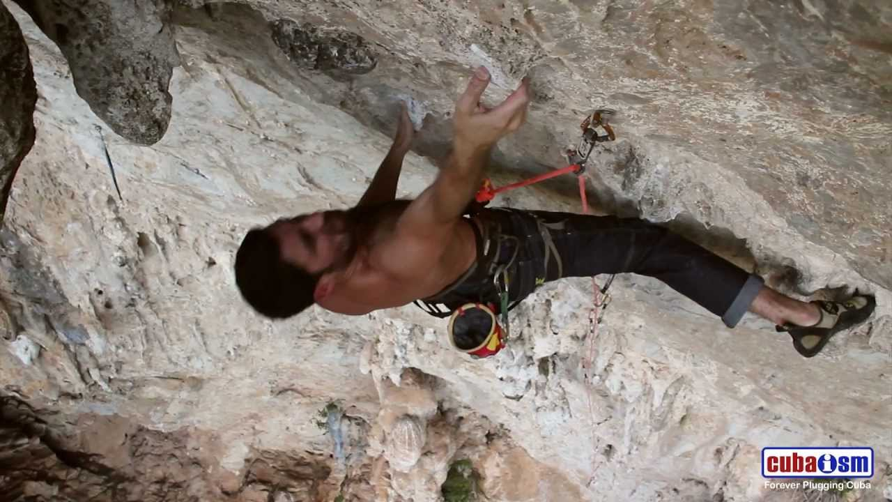 Climbing in Viñales Cuba - Aurelio Fernandez on Wasp Factory - 032v01