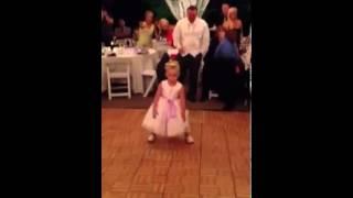 Kilkulatka wyszła na parkiet. Jej taniec szybko skradł uwagę wszystkich gości weselnych