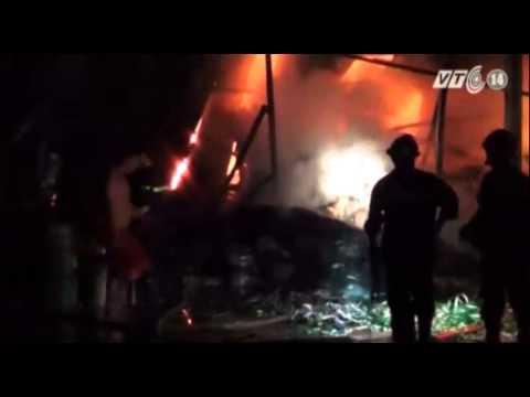 TP HCM: Cháy lớn thiêu rụi gần 1.000 m2 nhà kho chứa phế liệu