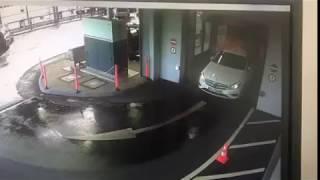 Blondyna kasuje Mercedesa tuż po wyjechaniu z myjni