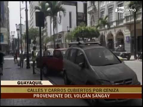 Calles y carros cubiertos por ceniza proveniente del volcán Sangay