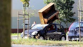 """Wkrecili kolege i """"zrzucili"""" mu pianino na auto. W koncu jakis dobry prank! :)"""