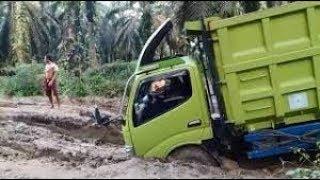 Video Truck Sawit Tergelincir di Lumpur dan Terbalik 2018 MP3, 3GP, MP4, WEBM, AVI, FLV Agustus 2018