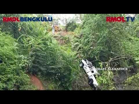Mobil Pengangkut Sawit Hanyut Terbawa Arus Sungai