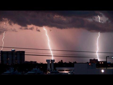 لعشاق متابعة العواصف الرعدية .. مقطع مميز جدا