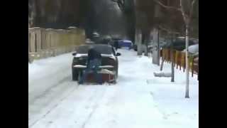 Orosz módra hótolás autóval