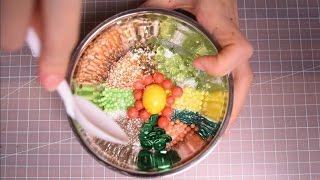 *타임라인 Timeline*1.핑크 슬러쉬 Pink Slush Slime 00:27 - 3:592.올리브피쉬볼 Olive Fishbowl Slime 4:00 - 6:443.흰색 크런치(초밥 밥) White Crunchy Slime 6:45 - 10:184.진주 크런치 소 (S)Pearl Crunchy Slime 10:19 - 12:075.(믿을수없겠지만)돼지바 Crispy Crunch Ice Bar Slime 12:08 - 13:556.비빔밥 Bibimbap Slime 13:56 - 16:237.꾸웨에에에웩 V(o*$m@*i#t Slime 16:24 - 17:318.깨강정 Sesame Gangjeong Slime 17:32 - 18:589.하늘 폭신이 SKyBlue Fluffy Slime 18:59 - 20:1010.폭신이+크런치 Fluffy+Crunchy Slime 20:11 - 24:1011.보라반짝이+미니크런치 Purple+Crunchy Slime 24:11 - 25:1012.투명 Clear Slime 25:11 - 29:3813.바다 Ocean Slime 29:39 - 30:2914.오로라 Aurora Slime 30:30 - 34:2115.레드벨벳 Red Velvet Slime 34:22 - 38:1316.은박지 Tinfoil Slime 38:14 - 40:3517.은하수 Galaxy Slime 40:36 - 43:1118.파랑 폭신이 Blue Fluffy Slime 43:12 - 48:45    (뚜겅거품 두번 반복♥ My favorite Part 46:42 - 48:30)19.하늘 폭신이 SkyBlue Fluffy Slime 48:46 - 54:1620.반짝반짝 비닐 Shiny Vinyl Slime 54:17 - 56:2421.핑크빤짝이 Pink Glitter Slime 56:25 - 59:3922.오렌지샤베트 Orange Sherbet Slime 59:40 - end안녕하세요 여러분! 오늘은 노토킹 슬라임 영상을 들고왔어요. 몇 주 전에 한 구독자 분께서 선물로 슬라임을 보내주신다고 인스타로 연락이 왔었어요. 근데 알고보니 슬라임을 전문적으로 만들어서 판매하시는 분이시더라구요 그래서 받으면 영상으로 제작해야겠어요! 라고 했더니 산더미같은 액체괴물을!! +_+ 인스타로 연락주실때부터 굉장히 꼼꼼한 분이라고 생각했는데 택배는 더더욱 알차게 보내주셨더라구용 인스타 피드 구경가보시면 슬라임도 엄청 좋아하시는게 느껴져서 너무 기분 좋은 분이였어요 :) 뭔가 쓰고나니 굉장한 홍보멘트 같은데 그런 부탁은 하신 적 없으시고ㅋㅋㅋㅋ 그냥 제가 혼자 감동받아서 주저리주저리 슬라임 좋아하시고 구매해보고 싶으신 구독자 분들한테는 꼭 추천해드리고 싶었어용 @slime_korea 라고 인스타에 검색하시면 나와용♥ 잔뜩 펼쳐놓고 신나게 찍고나니 총 영상 길이가 4시간 넘게 나오더라구요ㅋㅋㅋㅋ편집해서 한시간으로 만들어놨어요:)슬라임은 너무 예쁘게 잘 만들어서 보내주셨는데 제가 집주소로 배송받은 것이 아니다보니 택배를 거쳐서 받느라 시간이 좀 지체되었고 또 방음부스에서 장기간 촬영하다보니 많이 녹았어요ㅠㅠ 또 asmr촬영이다보니 느리게 하느라 조오금 슬라임 만지는 맛이 덜 할수 있는데 지난번보다는 훨씬 알차게 만지려고 노력했어요ㅎㅎㅎ :)저도 슬라임 영상 찾아보는걸 굉장히 좋아하는데 asmr모드와 만족스러운 뽁뽁 슬라임 만지기 모드 사이에서 타협점을 찾느라 조오금 힘들었어요ㅠㅠ 너무 느리게 만져서 답답하다거나 너무 잠들기에 소리가 크다는 피드백을 주실꺼같다는 예상은 하고있지만 이게 제 나름의 타협점이라는걸 이해해주세요옹 :)Hello Everyone! Today I brought a no talking slime video. This was sent by one of my subscribers who make/sell slime. :) The package was so carefully packed and she was very kind and explained everything so well so I felt so thankf