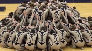 Dziesiątki tancerek ustawia się w ogromnym kole. Ich kolejny ruch sprawi, że opadnie ci szczęka!