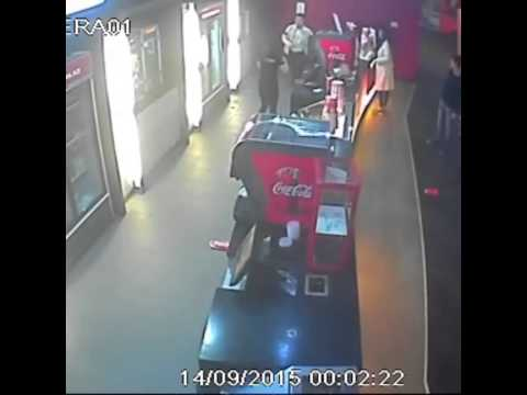Мужчина жестоко избил кассира буфета в кинотеатре