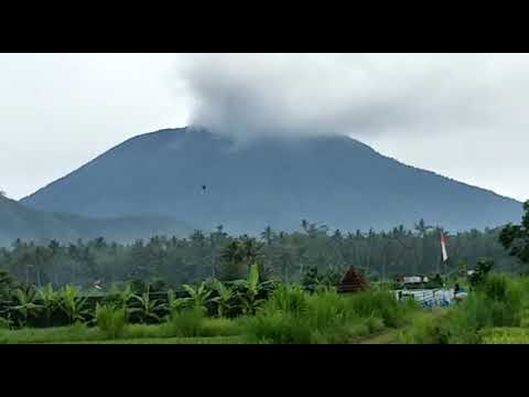 Smoke spewing from Mount Agung in Bali (видео)