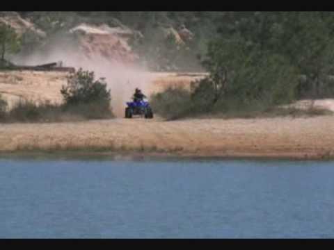 video que muestra a una persona con un quad atravesando un lago