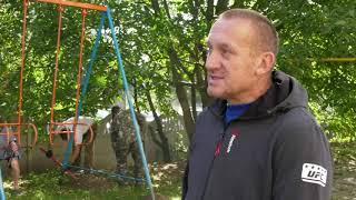 Жителі будинку по вулиці Коновальця власноруч встановлюють дитячий майданчик