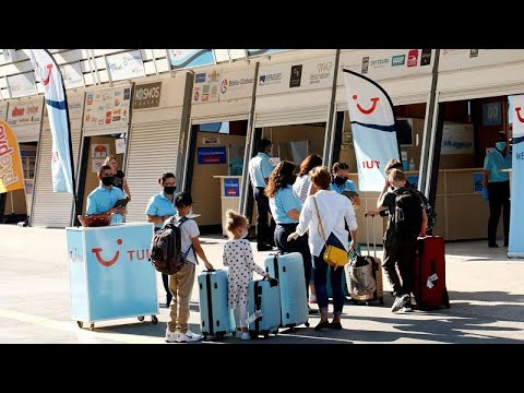 Άνοιξαν τα αεροδρόμια- Χιλιάδες τουρίστες φτάνουν στα ελληνικά νησιά…