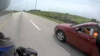 Szaleniec próbuje wielokrotnie staranować motocyklistę